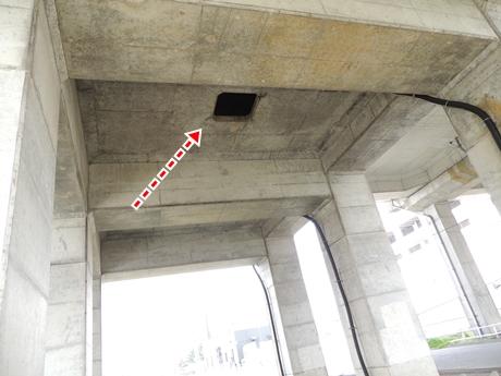 JR高架下の穴
